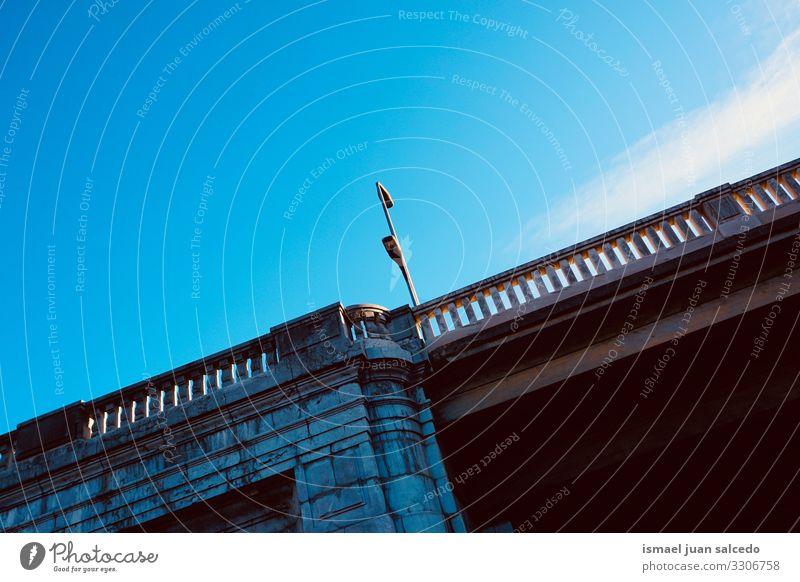 Brückenarchitektur auf der Straße in der Stadt Bilbao Spanien Architektur Weg Großstadt Park Himmel im Freien Zaun Struktur Konstruktion Hintergrund
