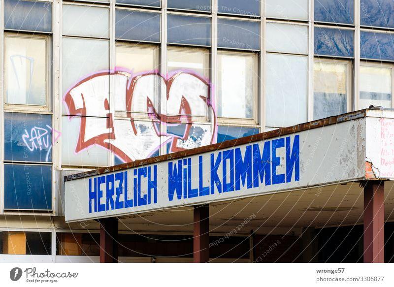 Herzlich Willkommen Magdeburg Deutschland Europa Stadt Stadtrand Hochhaus Gebäude Bürogebäude Fassade Dach Eingang Empfang Stein Schriftzeichen alt blau braun