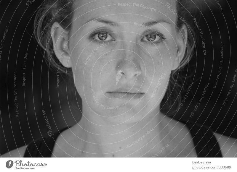 300 | nach vorne schauen Mensch feminin Junge Frau Jugendliche Erwachsene Gesicht Sommersprossen 1 beobachten Blick schön natürlich Gefühle Mitgefühl
