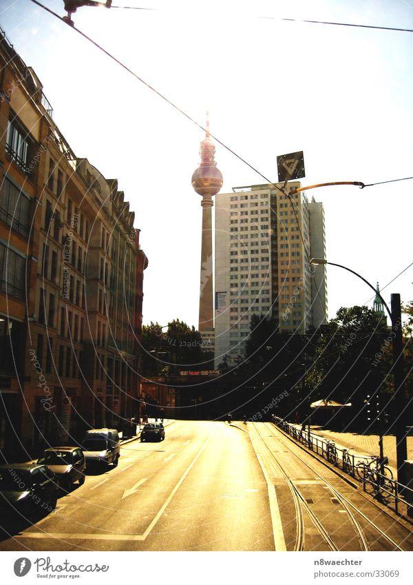Hochhaus mit Alex Sonne Haus Straße Berlin Architektur Gleise Berliner Fernsehturm Straßenbahn Oberleitung