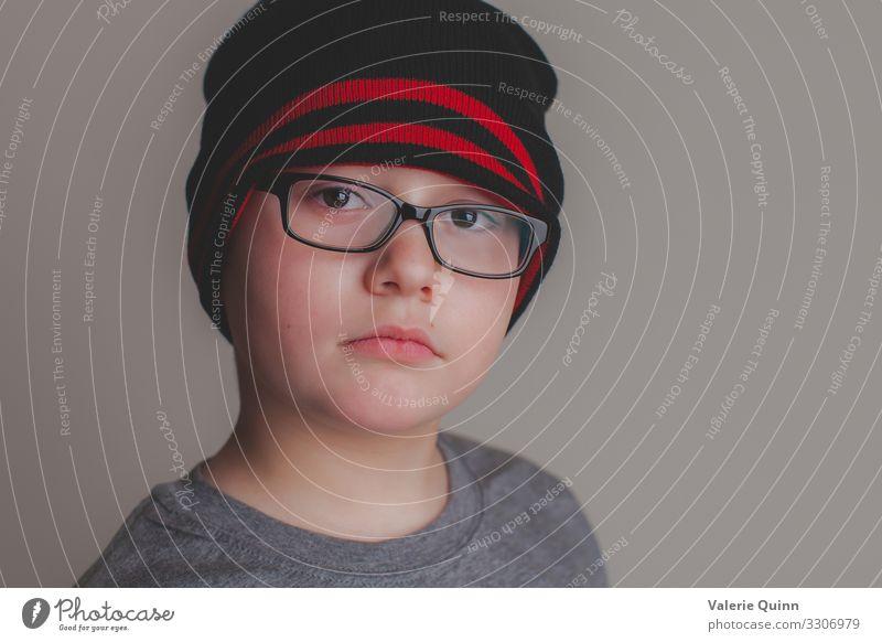 Junge Bursche Kind 1 Mensch 3-8 Jahre Kindheit Brille Hut authentisch nah einzigartig ruhig Stillleben Innenaufnahme natürliches Licht Farbfoto