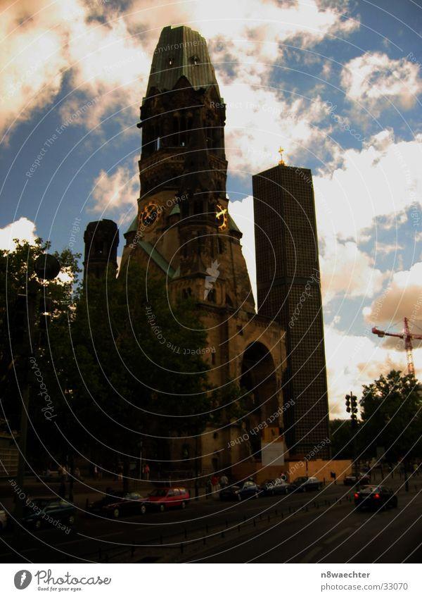 Gedächtniskirche 11 Uhr 5 Himmel Wolken Berlin PKW Religion & Glaube Dach Turm Gotteshäuser Turmuhr Gedächtnis Kirche