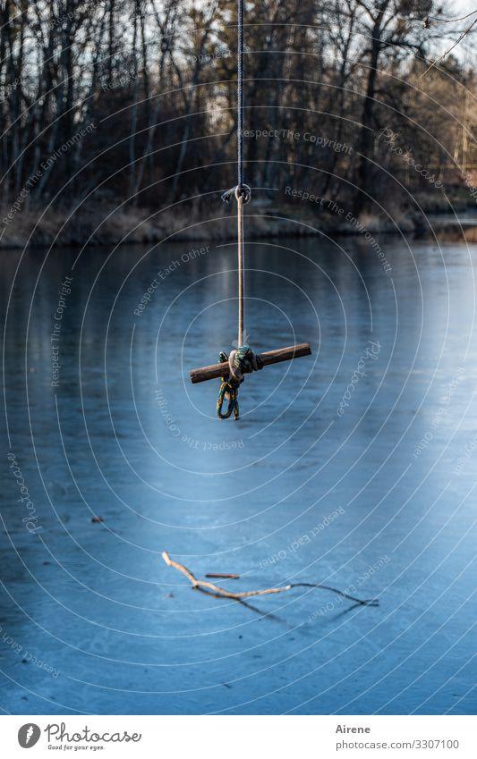 Eiszeit | hoffentlich tragfähig blau Winter See Schwimmen & Baden Angst gefährlich Seil Sicherheit Frost gefroren Teich Oberfläche Halt schwingen Griff