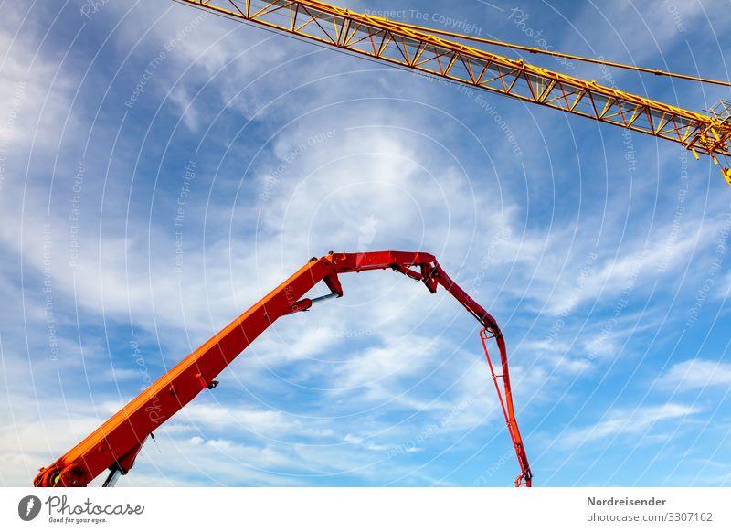 Baumaschinen auf einer Großbaustelle Tag Außenaufnahme Farbfoto Schwerindustrie betonieren komplex Tatkraft Beton Industrieanlage Werkzeug Wirtschaft Baustelle