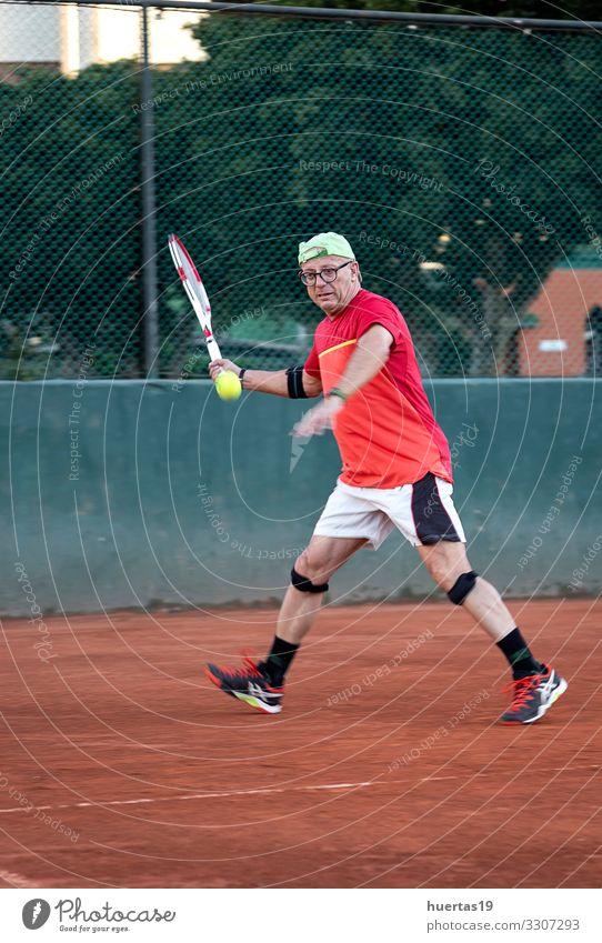 Ein Mann mittleren Alters spielt Tennis Lifestyle Spielen Sport Mensch maskulin Erwachsene 1 45-60 Jahre alt Konkurrenz Remmidemmi Ball Fitnessplatz Spieler