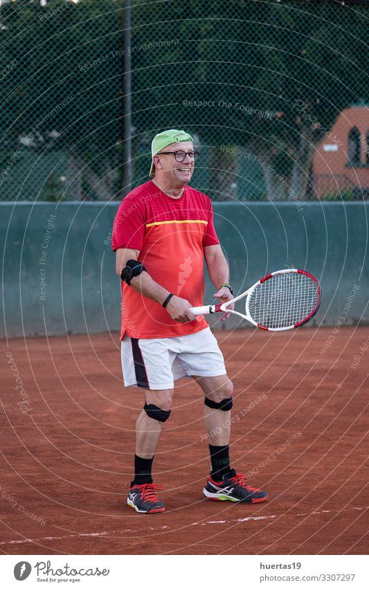 Ein Mann mittleren Alters spielt Tennis Lifestyle Spielen Sport Ballsport Mensch maskulin Erwachsene 1 45-60 Jahre alt Konkurrenz Remmidemmi Fitnessplatz