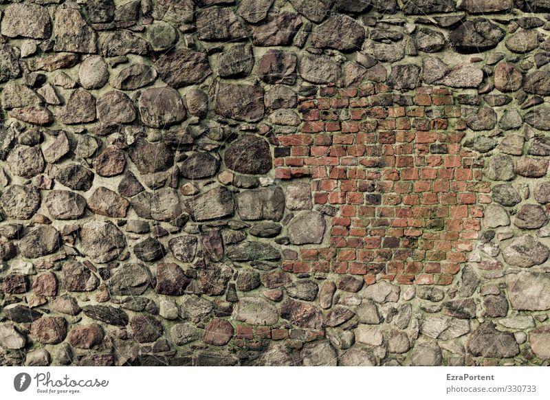 Patchwork Bauwerk Gebäude Mauer Wand Fassade Stein alt außergewöhnlich dunkel braun grau orange rot einzigartig Feldstein Backstein repariert Farbfoto