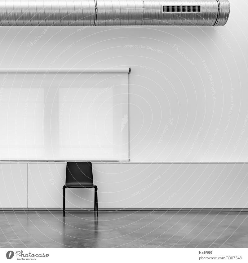 schwarzer Stuhl vor weißem Rollo und weißer Wand und  Abluftsystem Gebäude Mauer Fenster Lüftungsschacht Lüftungsklappe Lüftungsschlitz sitzen warten ästhetisch
