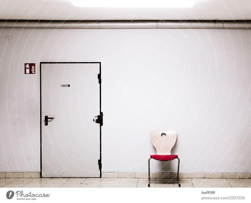 Wartebereich Haus Einsamkeit Holz Wand Mauer Büro Angst Tür sitzen trist Armut warten Beton bedrohlich Stuhl Zukunftsangst