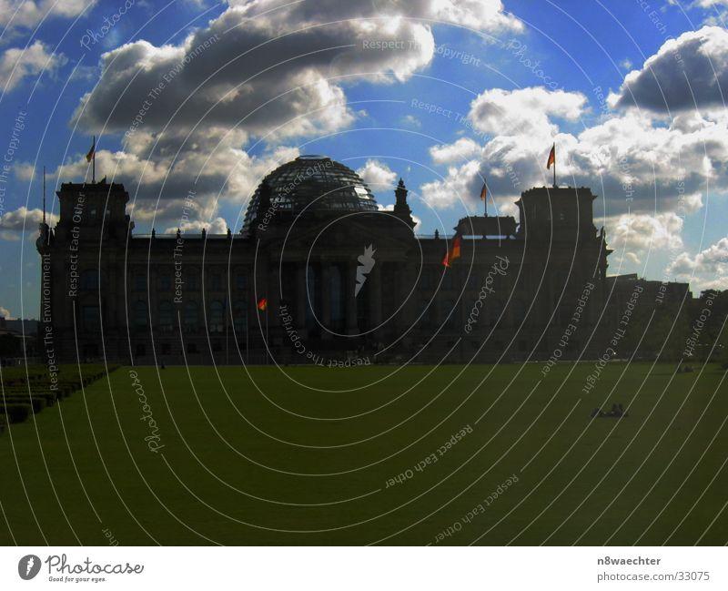 Dunkle Wolken über'm Reichstag Himmel Sonne Wolken dunkel Berlin Wiese Architektur Deutschland Fahne Deutscher Bundestag