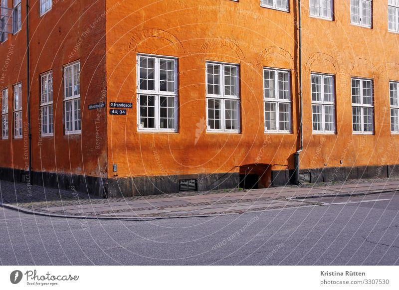 farbe Tourismus Häusliches Leben Wohnung Haus Stadt Hauptstadt Gebäude Architektur Mauer Wand Fassade Fenster historisch orange Eckgebäude Anstrich typisch