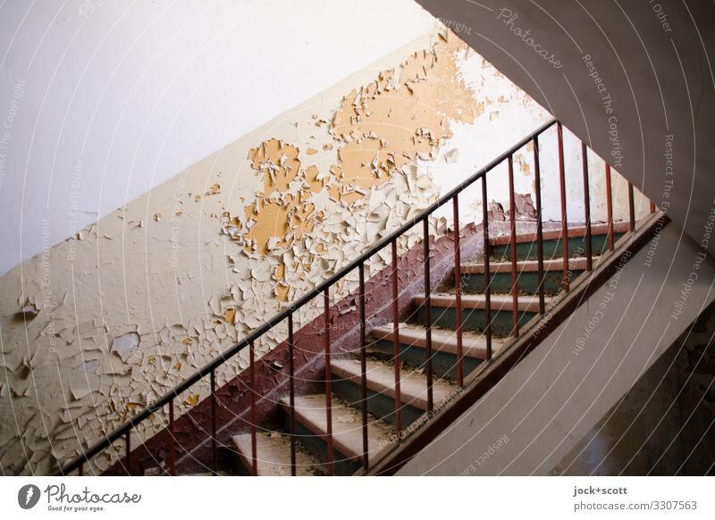 Treppenhaus zum merken & vergessen lost places Ruine Militärgebäude Wand Treppengeländer authentisch dreckig retro Stimmung Verschwiegenheit verstört Stress
