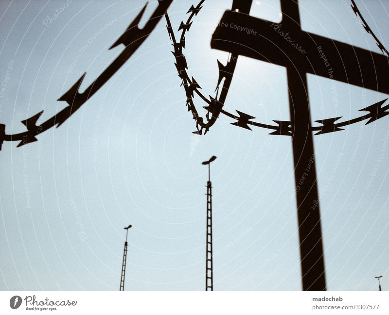 Grenze Metall Kreuz Schutz Solidarität Hilfsbereitschaft Gerechtigkeit Fairness Angst Todesangst Verzweiflung Feindseligkeit Aggression Frieden