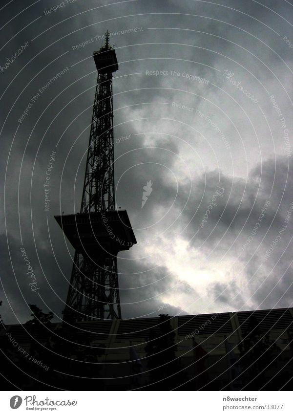 Funkturm Messe Berlin weiß Wolken dunkel Architektur hoch verrückt Turm Silhouette Rundfunksender