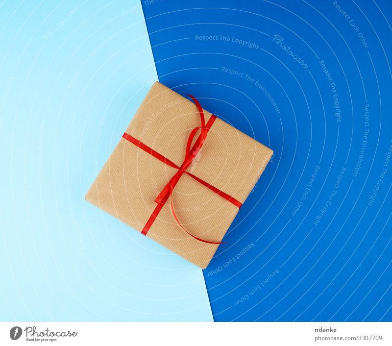 Die quadratische Schachtel ist in braunes Kraftpapier verpackt. Design Dekoration & Verzierung Feste & Feiern Valentinstag Muttertag Weihnachten & Advent