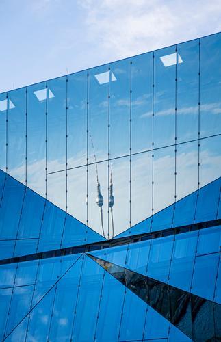 Spiegelung des Berliner Fernsehturms in einem Gebäude Starke Tiefenschärfe Sonnenstrahlen Sonnenlicht Reflexion & Spiegelung Kontrast Licht Tag
