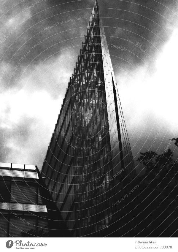 Modern Office Hochhaus Dreieck Stahl Raster schwarz weiß dunkel Wolken grobkörnig flach Architektur Gebäuder modern Glas Schatten Schwarzweißfoto Berlin