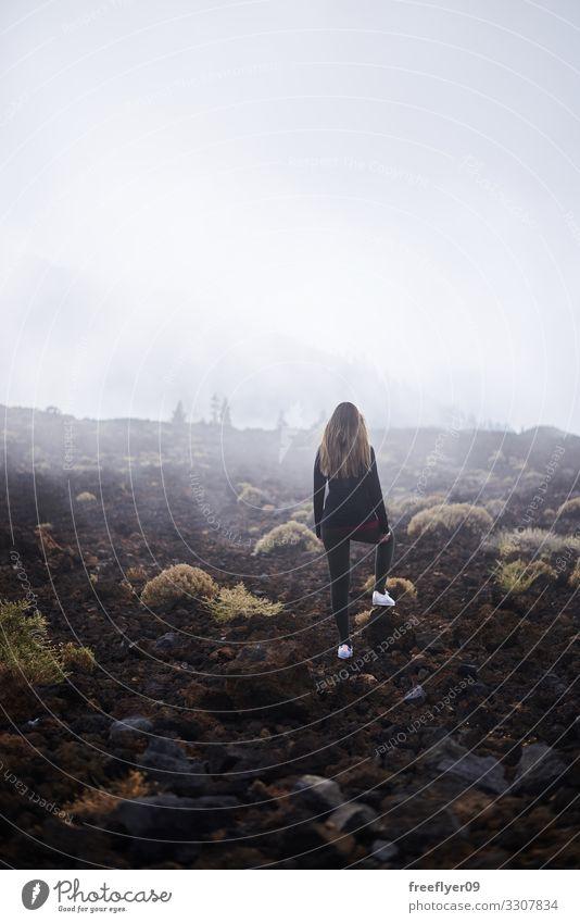 Frau Mensch Natur Jugendliche Junge Frau Landschaft Wolken 18-30 Jahre Lifestyle Erwachsene Gefühle Tourismus Mode Felsen Regen wandern