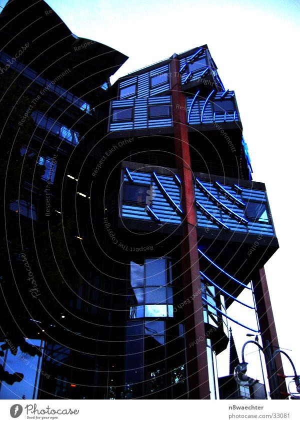 WDR-Köln Träger Konstruktion Leuchtreklame rot braun Architektur Funkhaus blau modern Pfosten Abend