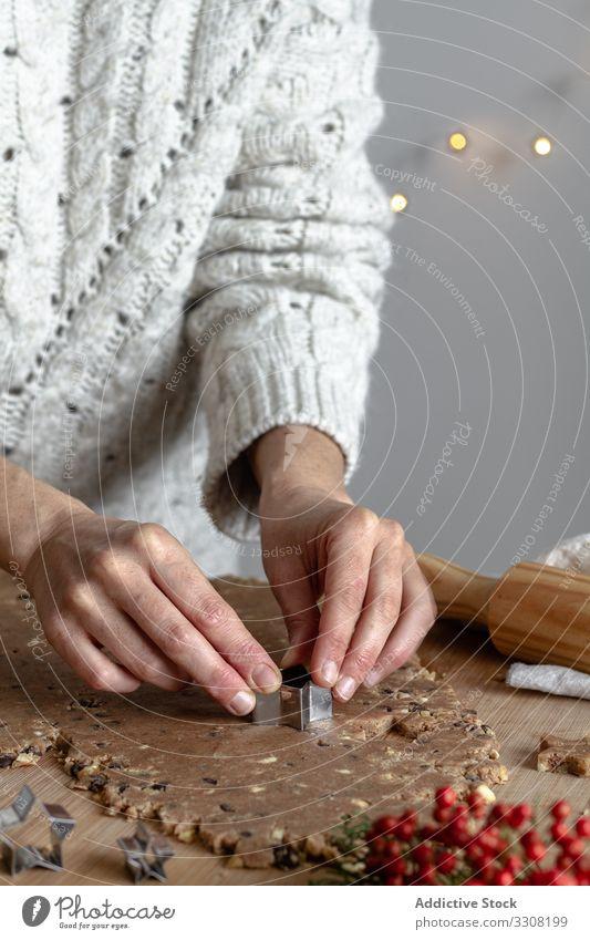 Anonyme Dame bereitet Kekse mit Blechform zum Backen vor Cookies Essen zubereiten benutzend Büchse Frau Küche backen Nudelholz Teigwaren Prozess Form Formular