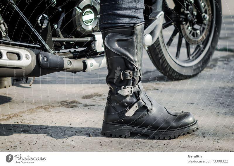 Biker-Bein im Stiefel vor der Kulisse eines Motorrades Mensch Beine Fuß 1 Verkehr Straße Fahrzeug Leder Schuhe grau schwarz Fahrrad Motorradfahren Körperteil