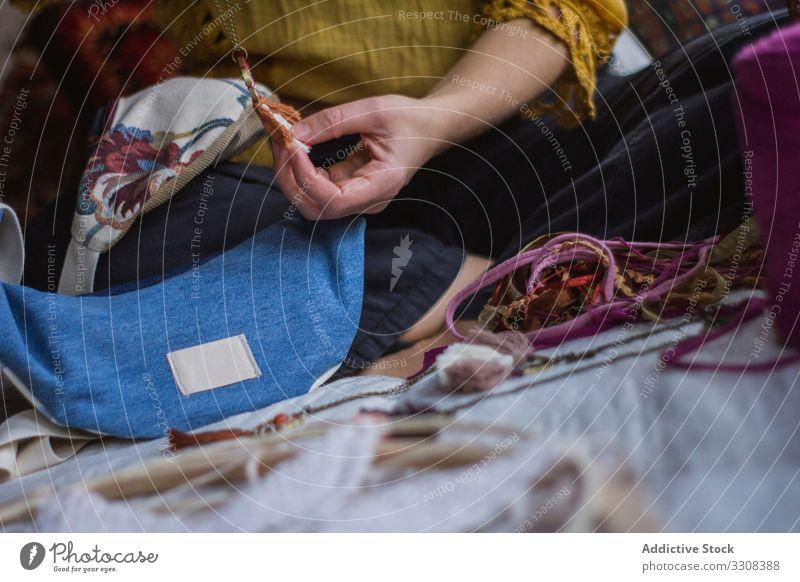 Gesichtslose Frau macht Traumfänger zu Hause kreieren Traumcharter Faser Hobby Symbol Kunst Beruf lässig Lifestyle Material weben heimwärts Handwerk Fähigkeit