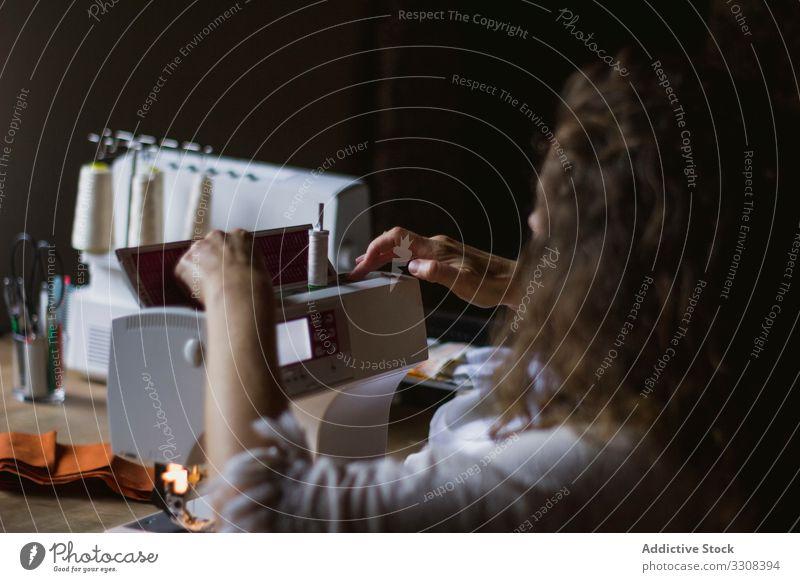 Weibliche Ernte mit Nähmaschine zu Hause Frau nähen Maschine benutzend Kleidung Mode Handwerk Arbeit professionell Damenschneiderin Designer Textil Beruf