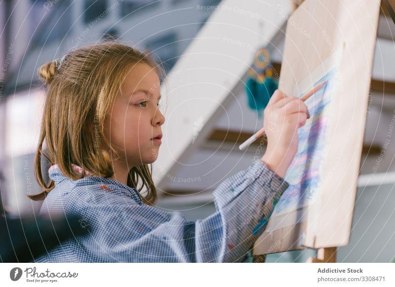 Kinderzeichnung auf Leinwand zeichnen Kunst Bild Mädchen Farbe Freizeit Hobby Glück Straße kreativ lässig Kindheit heiter Freiheit Lächeln sich[Akk] entspannen