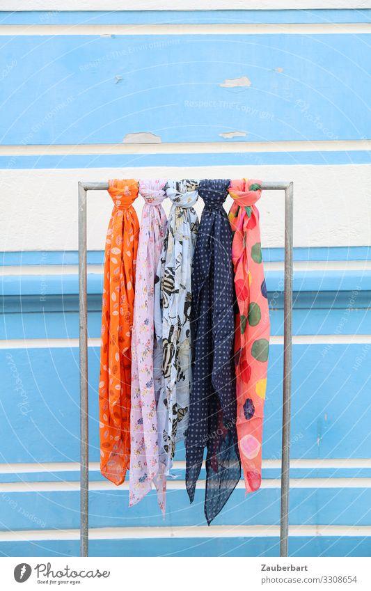 Bunte Halstücher vor hellblauer Wand Ladengeschäft Mauer Mode Bekleidung Halstuch Tuch Schal Ständer Kleiderständer kaufen hängen schön orange Neugier Farbfoto