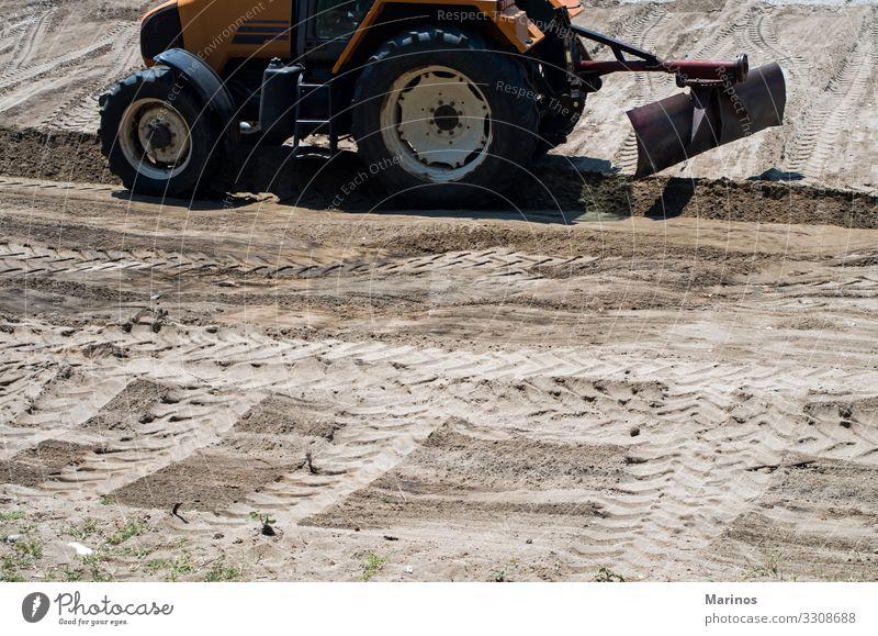 Traktor, der das Land vorbereitet. Industrie Natur Landschaft Sand Straße Fährte braun Reifen treten Bauernhof Hintergrund Boden Bahn Konsistenz Feld gepflügt