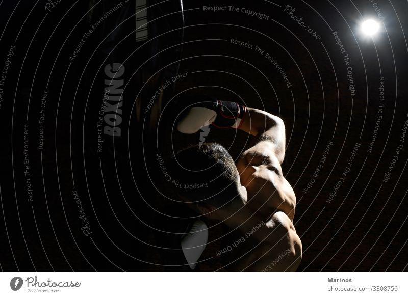 Kickboxer trainieren in einer Turnhalle mit Sandsack. Körper Sport Mann Erwachsene Fitness muskulös stark schwarz Kraft Boxer Boxsport Kämpfer Kickboxen Bowle