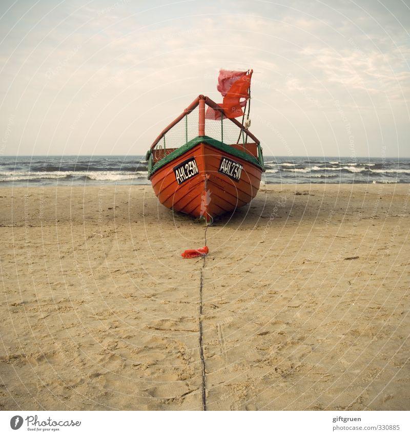 knallrotes fischerboot Arbeit & Erwerbstätigkeit Arbeitsplatz Umwelt Natur Landschaft Urelemente Sand Wasser Himmel Wolken Wind Wellen Küste Strand Ostsee Meer