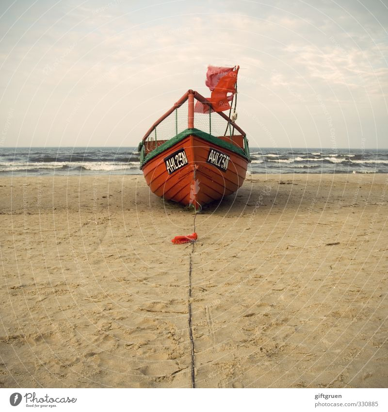 knallrotes fischerboot Himmel Natur alt Wasser Meer Landschaft Wolken Strand Umwelt Küste Sand Wasserfahrzeug Horizont Arbeit & Erwerbstätigkeit Wellen