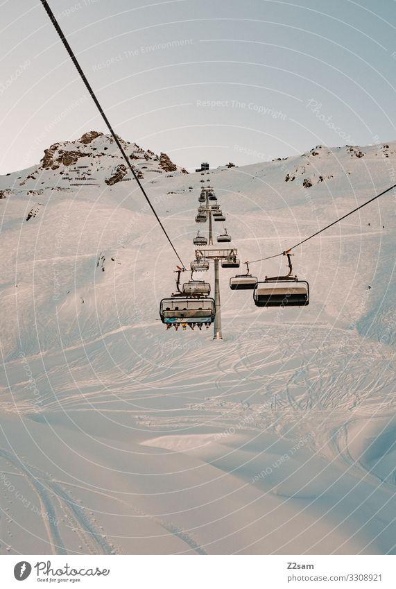 Gondeln Freizeit & Hobby Winter Schnee Winterurlaub Berge u. Gebirge Skifahren Snowboard Natur Landschaft Wolkenloser Himmel Sonne Schönes Wetter Alpen