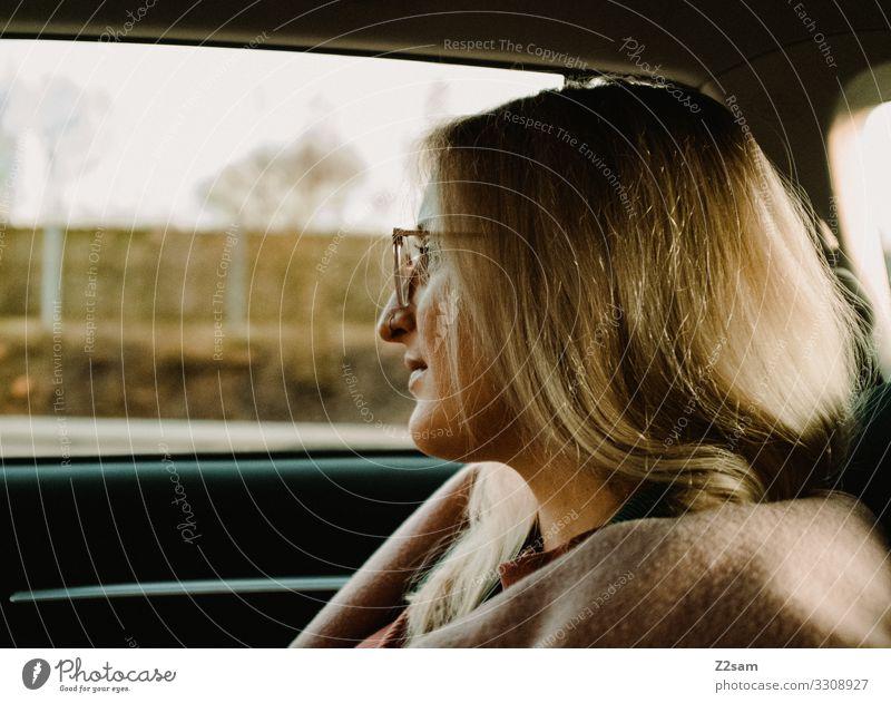 L. Lifestyle elegant Stil Junge Frau Jugendliche 30-45 Jahre Erwachsene Verkehrsmittel Autofahren Mantel Brille blond langhaarig beobachten Erholung Lächeln