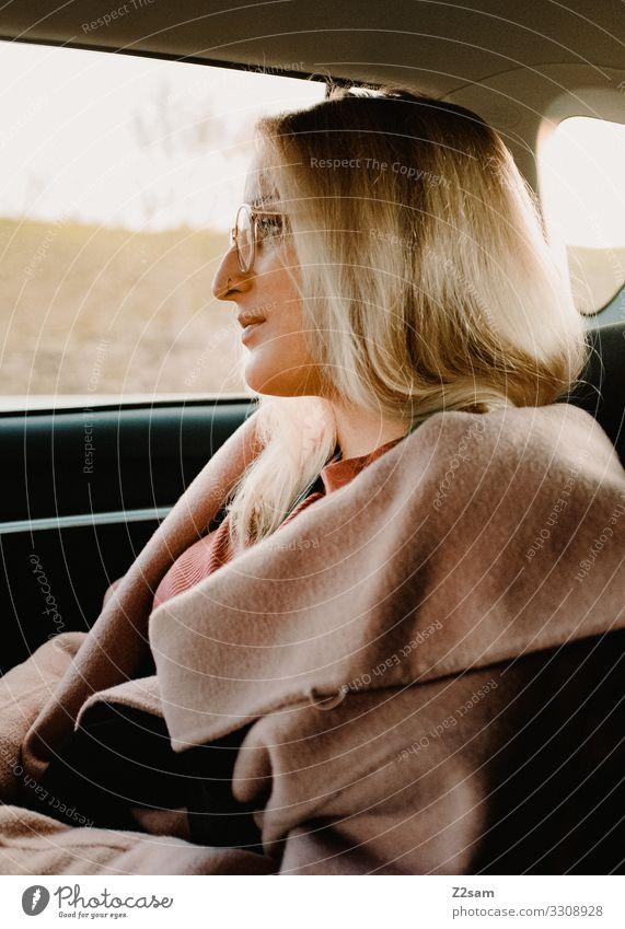 L. Lifestyle elegant Stil feminin Junge Frau Jugendliche 18-30 Jahre Erwachsene Verkehrsmittel Autofahren Mode Mantel Brille blond langhaarig Erholung genießen