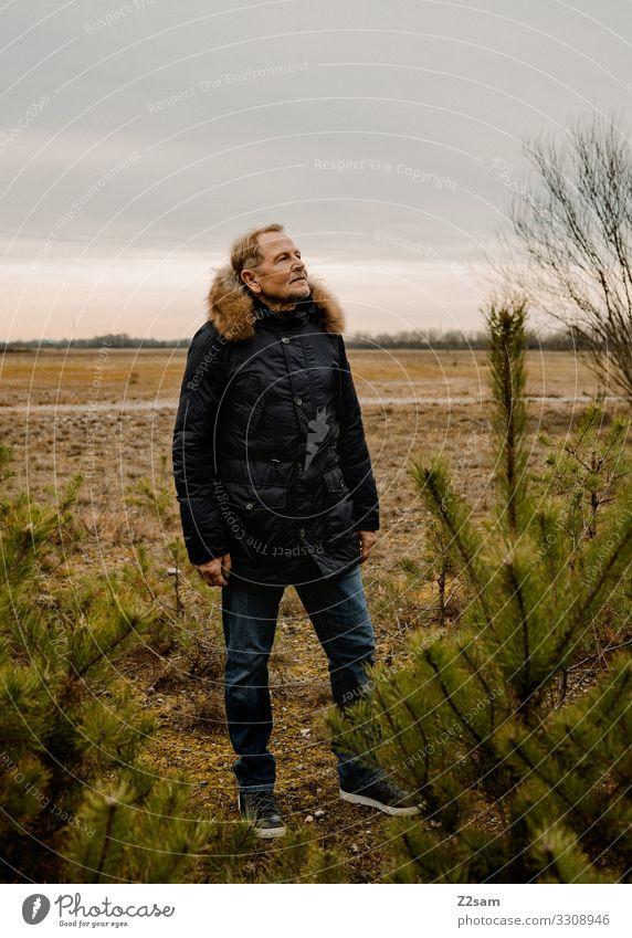 Endlich ohne Arbeit elegant Mann Erwachsene Männlicher Senior 45-60 Jahre Natur Landschaft Herbst Heide Jeanshose Jacke blond Denken Erholung Blick träumen alt