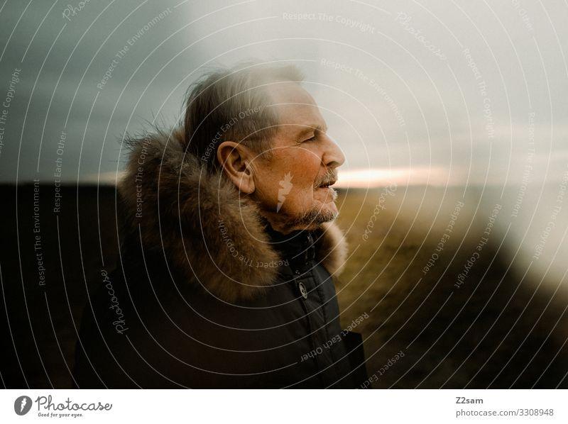 Naturverbundener Rentner Lifestyle elegant Stil Mann Erwachsene Männlicher Senior 60 und älter Landschaft Herbst Jacke blond Erholung träumen alt Coolness