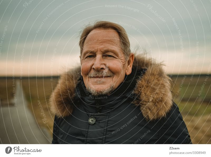 Glücklicher Rentner Stil Mann Erwachsene Männlicher Senior 45-60 Jahre Natur Landschaft Herbst Heide Jacke blond grauhaarig kurzhaarig Bart Erholung genießen