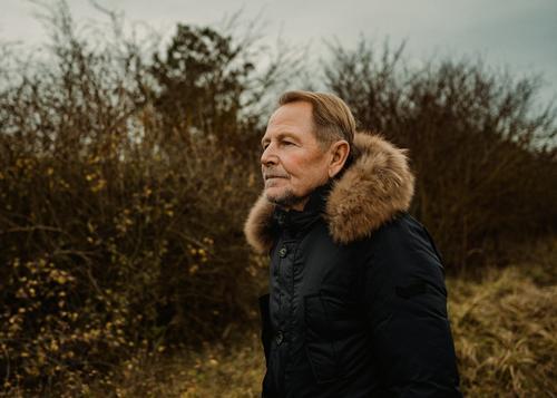 Spaziergang winterspaziergang mann alter ruhestand rente heide bart blond attrakiv mantel mode natur landschaft herbst warm braun