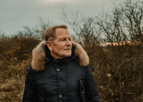 R. Lifestyle Stil Mann Erwachsene Männlicher Senior 60 und älter Umwelt Natur Landschaft Herbst Schönes Wetter Sträucher Mode Jacke blond kurzhaarig Erholung