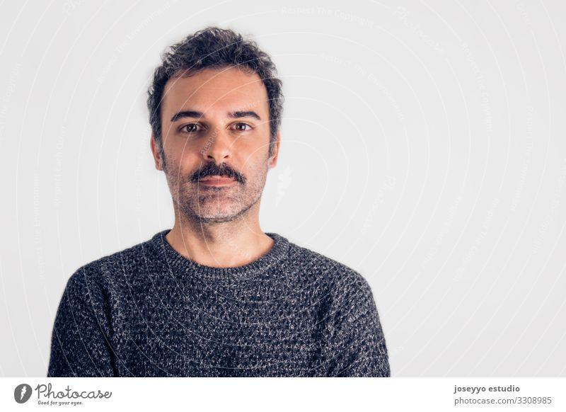 Porträt eines braunen, gutaussehenden Mannes mit Schnurrbart. Erwachsene attraktiv schön Krebs lässig charmant selbstbewußt Coolness Textfreiraum Ausdruck