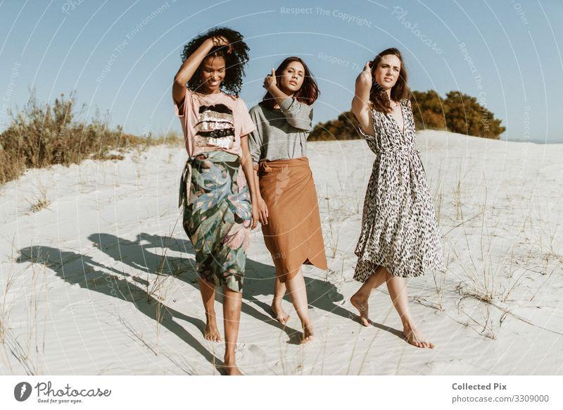 Die verschiedenen Freunde, die in der Wüste wandern Lifestyle elegant Stil Design Freude schön Abenteuer Sommer Sommerurlaub Mensch Frau Erwachsene Freundschaft
