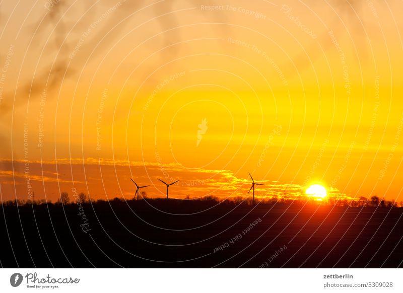 Sonnenuntergang mit Windrad Dorf Dämmerung Ferne Horizont Insel Küste Landschaft Mecklenburg-Vorpommern Menschenleer Rügen Textfreiraum Ferien & Urlaub & Reisen