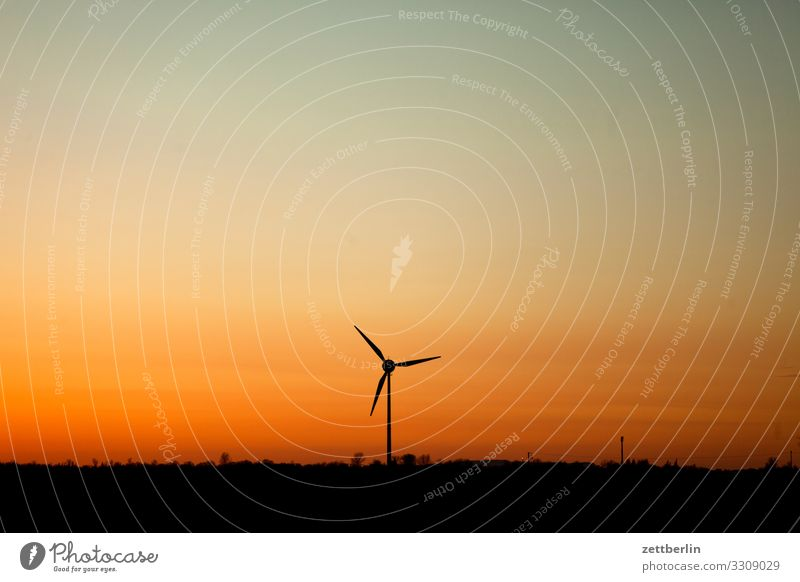 Windrad am Abend Dorf Dämmerung Ferne Horizont Landschaft Mecklenburg-Vorpommern Menschenleer Ostsee Ostseeinsel Rügen Sonne Sonnenuntergang Textfreiraum