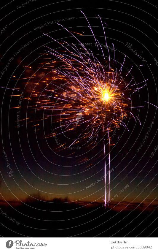 Feuerwerk Silvester u. Neujahr Pyrotechnik Stern (Symbol) Knall Explosion Himmel Himmel (Jenseits) Nachthimmel dunkel Feste & Feiern Party Horizont Funken