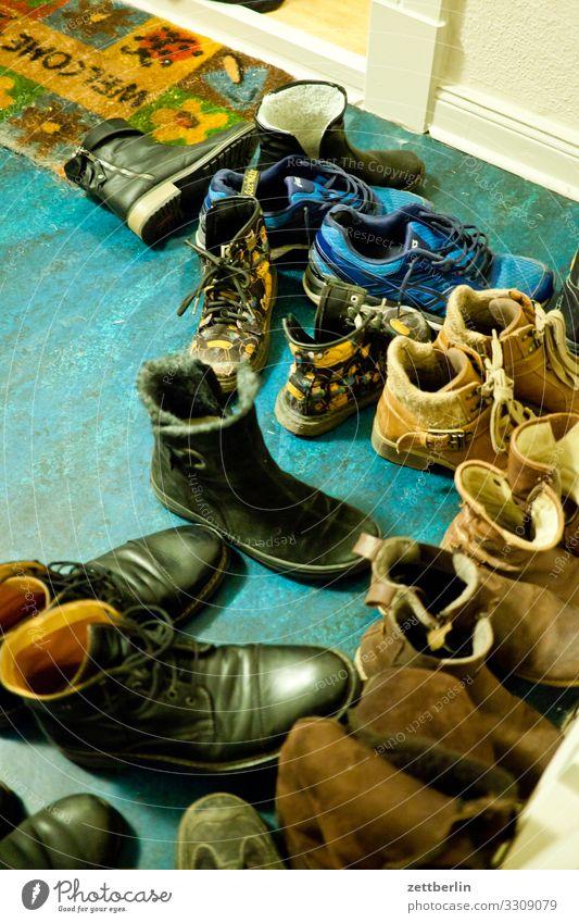 Party Feste & Feiern paarweise Geburtstag Schuhe Bekleidung einzeln Treppenhaus Barfuß Flur Stiefel entkleiden Einladung