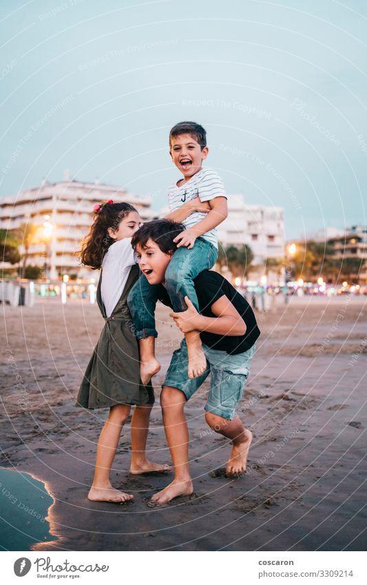 Kinder havig Spaß am Strand bei Sonnenuntergang Lifestyle Freude Glück schön Freizeit & Hobby Spielen Ferien & Urlaub & Reisen Sommer Sommerurlaub Meer Mensch