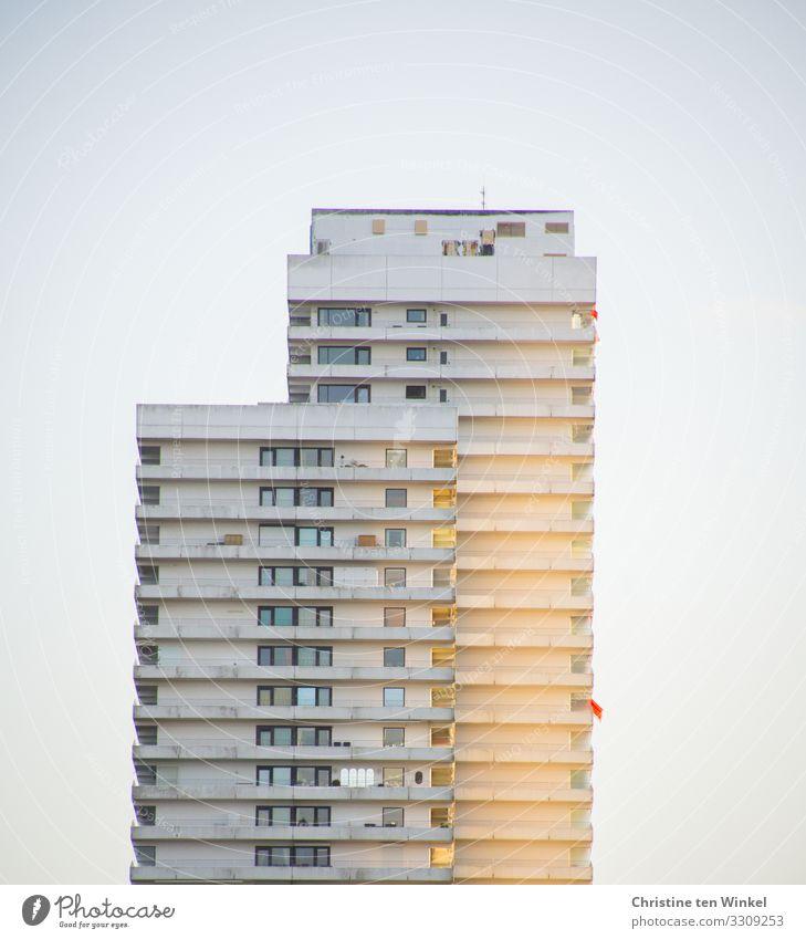 Die Abendsonne geniessen Ferien & Urlaub & Reisen Stadt Haus Einsamkeit Fenster gelb Umwelt Gebäude Tourismus Fassade grau Häusliches Leben hell Hochhaus