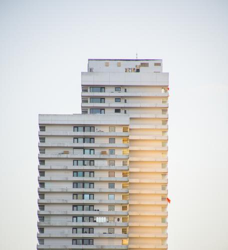Hochhaus in der Abendsonne Küste Ostsee Timmendorfer Strand Haus Gebäude Fassade Balkon Fenster eckig glänzend groß hässlich hoch trist Stadt gelb grau